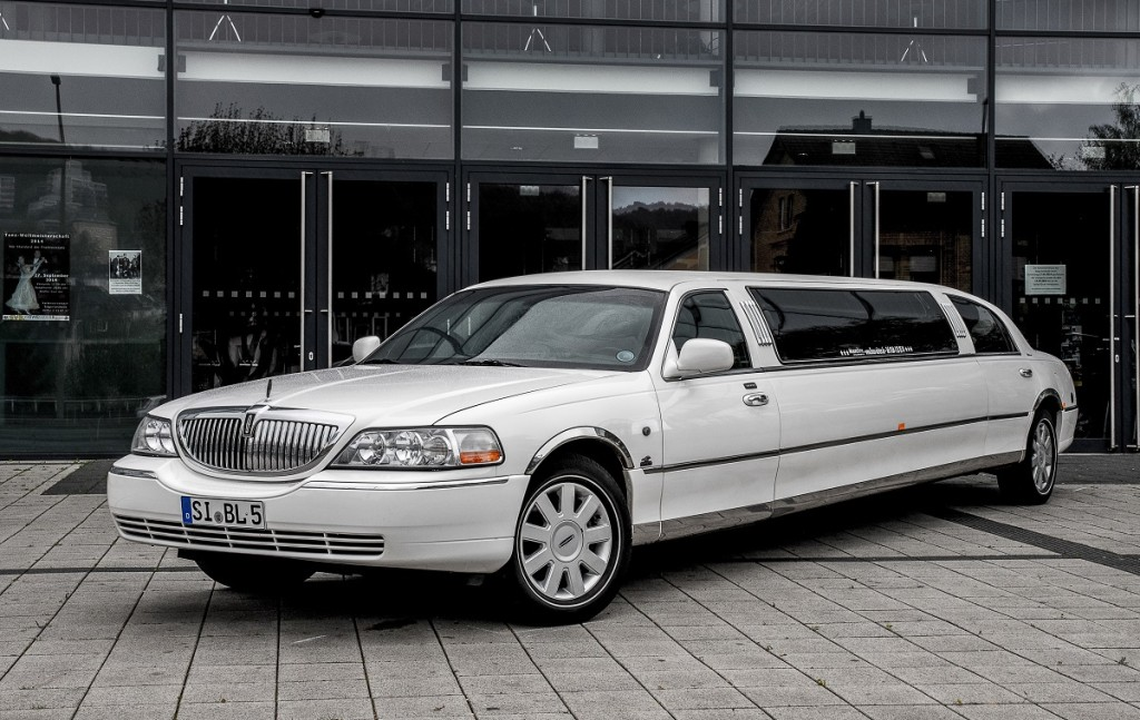 Lincoln Town Car Stretchlimousine weiss Moonshine Limousinenservice Stretchlimousine